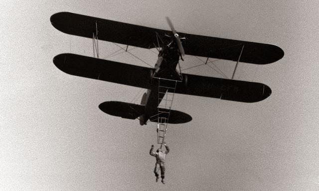 12. oktober 1958, Maribor: Danes je z letališča v Slivnici pripeljalo nad Dravo dvokrilno letalo PO 2 aerokluba Žarko Majcen, v katerem je bil svetovno znan akrobat Dragoljub Aleksič. Letalo je najprej napravilo nekaj krogov, potem pa je na krilo letala stopil akrobat Aleksič in se spustil na prosto visečo lestvo. Najprej je izvedel akrobatsko točko, pri kateri je z glavo navzdol visel na eni nogi, pri drugi točki se je držal lestve samo z zobmi, pri zadnji točki svojega, Mariborčanom že znanega sporeda pa je razvil jugoslovansko zastavo. Življensko nevaren akrobatski spored, pri katerem je pred leti tisočem in tisočem zastajal dih, je gledalo nekaj tisoč Mariborčanov, ki so se zbrali na obeh bregovih drave.
