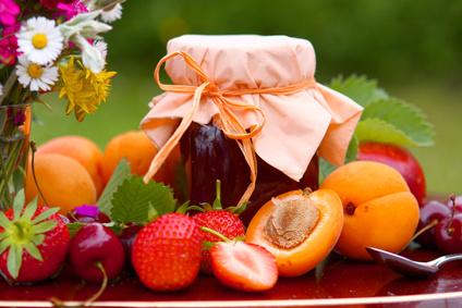 ein marmeladenglas mit früchte